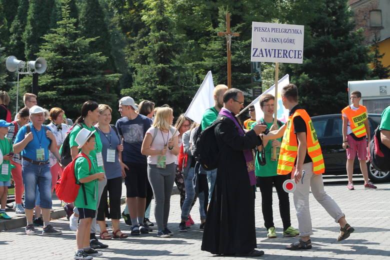 We wtorek około 11 rozpoczęła się Zawierciańska Piesza Pielgrzymka na Jasną Górę. W pierwszym dniu marszu pątnicy przejdą przez Skarżyce, Włodowice,