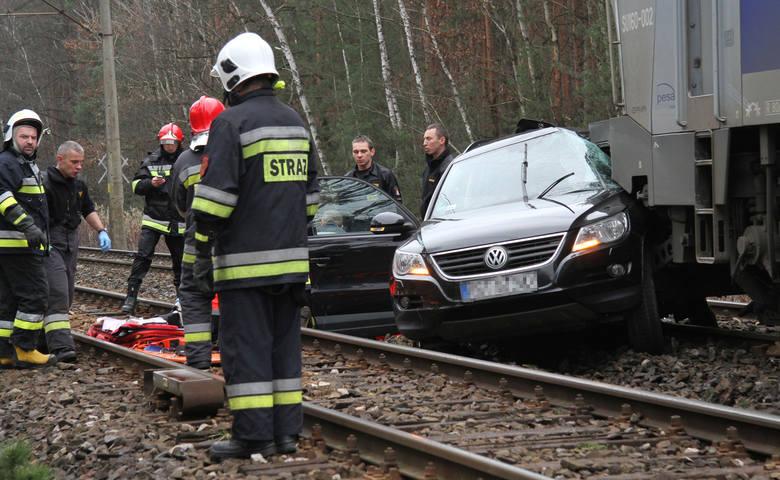Do tragicznego w skutkach wypadku doszło w czwartek około godziny 10 na niestrzeżonym przejeździe kolejowym w Zabrniu (powiat tarnobrzeski), na drodze