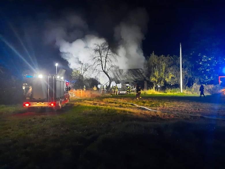 Nocny pożar domu w Borkach. W akcji sześć zastępów straży pożarnej (ZDJĘCIA)