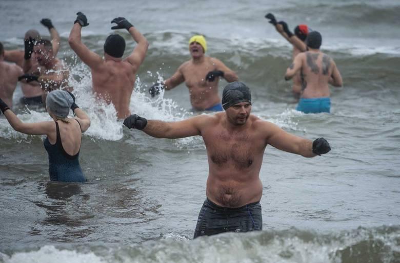 Ponad 100 śmiałków zanurzyło się w niedzielę w lodowatym Bałtyku na plaży w Wiciu w gminie Darłowo. Zabawa była przednia, a zimna woda i lodowaty wiatr