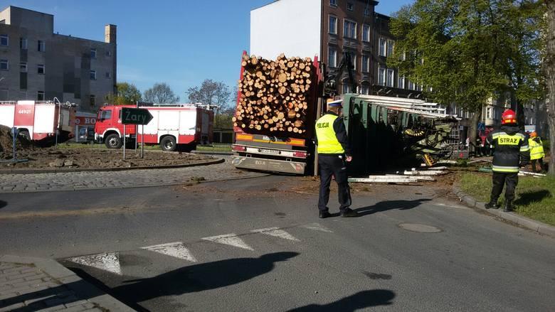 Tir z drewnem wywrócił sie na rondzie w Żaganiu