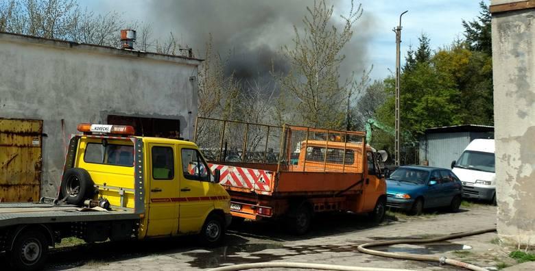 Groźny pożar na stacji demontażu pojazdów w Nieżychowicach w poniedziałek, 10.05.2021 r.! Płonęło kilkanaście aut