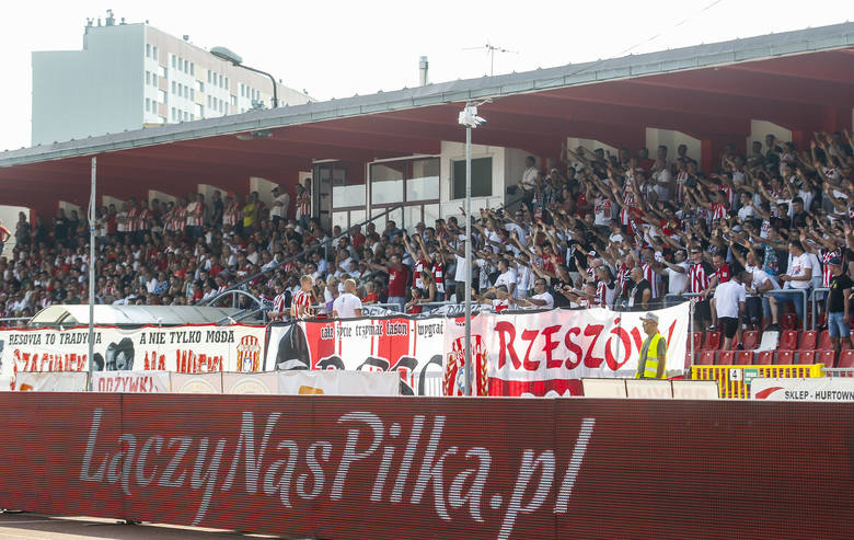 Apklan Resovia zmarnowała szansę awansu na fotel lidera tabeli. Biało-czerwoni w telewizyjnym meczu ulegli Olimpii Elbląg 0:1 i ponieśli pierwszą porażkę