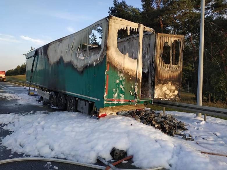 W środę po południu na autostradzie A2 w miejscowości Osiecza Pierwsza w powiecie konińskim doszło do pożaru ciężarówki. Zapaliła się naczepa. W czasie