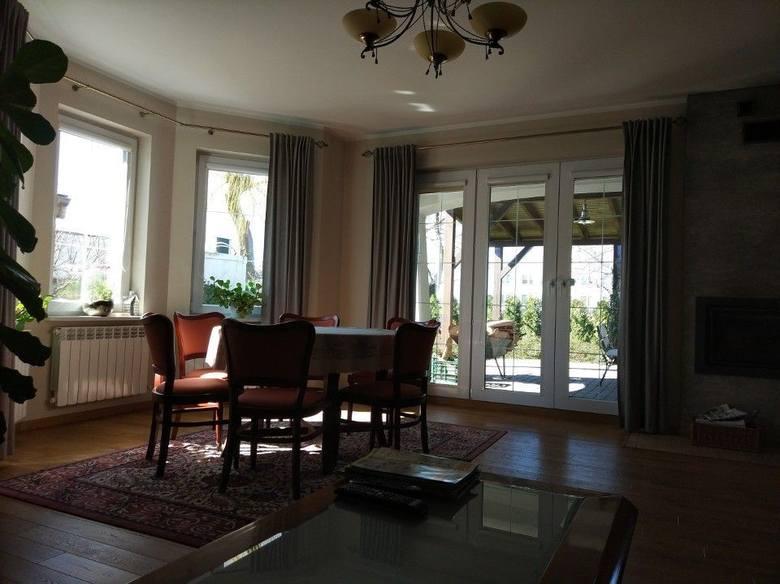 <strong>12. Dom w cenie 750 tys. zł<br /> 4 054,05 zł/m2 </strong><br /> <br /> Na parterze znajduję się przestronny salon, kuchnia i gabinet. Na piętrze urządzono 3 przestronne sypialnie i pokój kąpielowy. Dużym atutem domu jest duży, zadaszony taras. Istnieje możliwość powiększenia terenu poprzez...
