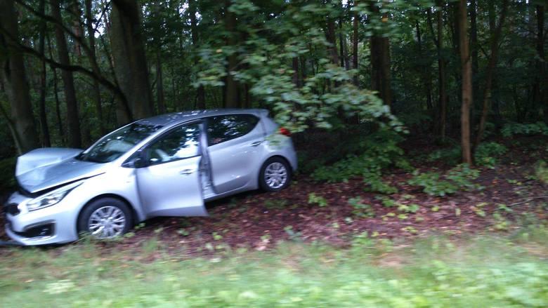 Kierowca fiata seicento i pasażer samochodu kia ceed zostali ranni w wypadku, do którego doszło nad ranem na skrzyżowaniu drogi krajowej nr 25 i drogi