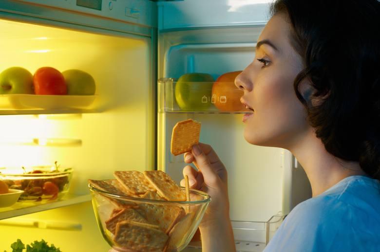 Pomidory, chleb, cebula. Trzymasz je w lodówce? Błąd! To nie jest dla nich dobre miejsce. Niestety, ale mało kto przestrzega podstawowych zasad, dotyczących
