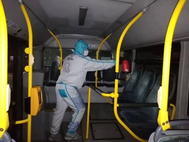 Raz na dobę dezynfekowane są autobusy.