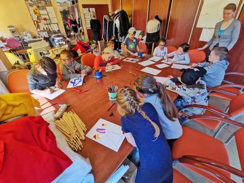 17 dzieci zabrali wczoraj ze sobą do pracy urzędnicy z toruńskiego magistratu. Dla dzieci otwarto urzędowe świetlice w budynkach przy Wałach gen. Sikorskiego,