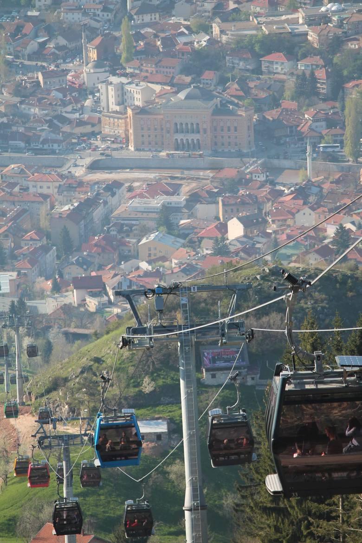 Sarajewo oglądane z Trebevicia. Na dole widać gmach ratusza.