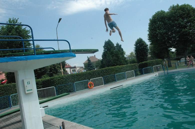 Trampolina na basenie odkrytym w Oleśnie jest już od 1936 roku. Po modernizacji również będą dwie deski do skoków.