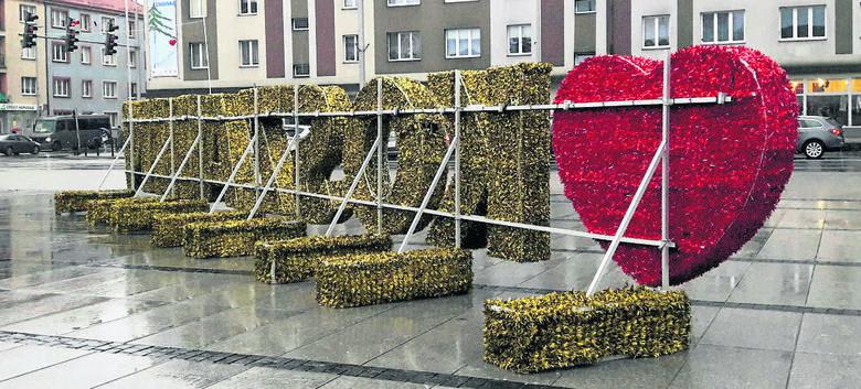 """Słomiany napis """"Kocham Koszalin"""" pierwszy raz pojawił się rok temu przed świętami. I od razu budził kontrowersje. Były głosy zachwytu, ale i krytyki."""