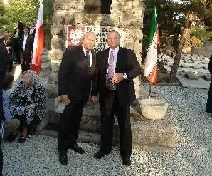 Polska delegacja liczyła około 80 osób. Na zdjęciu senatorowie Andrzej Person i Maciej Grubski na cmentarzu Dulab w Teheranie