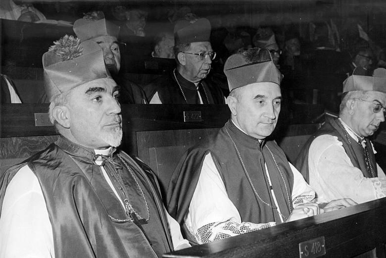 Sobór Watykański II. Biskup Franciszek Jop siedzi w środku.