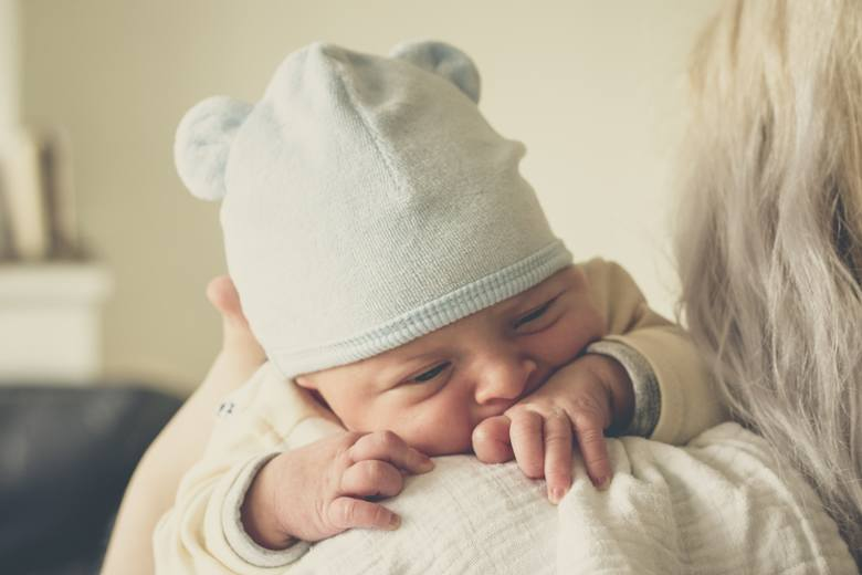 Rodzice, chcąc uspokoić płaczące niemowlę, najczęściej biorą je na ręce i tulą lub bujają. O ile delikatne bujanie dzieckiem nie zrobi mu krzywdy, o