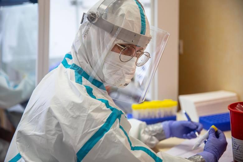 Brak zgody na obowiązkowe testy raz w tygodniu dla wszystkich, którzy mają kontakt z chorymi ludźmi, to czysta głupota  -  pisze dr Jerzy Friediger,