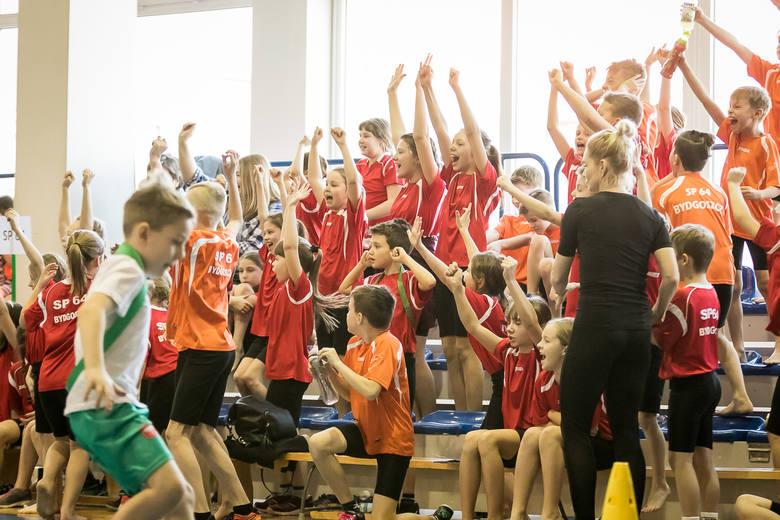 Do piątku wiadomo było, że trzy szkoły mogą już szykować się do finału. SP 16, SP 37 i SP 48 miały na swoich kontach po dwa wygrane turnieje i pewność,