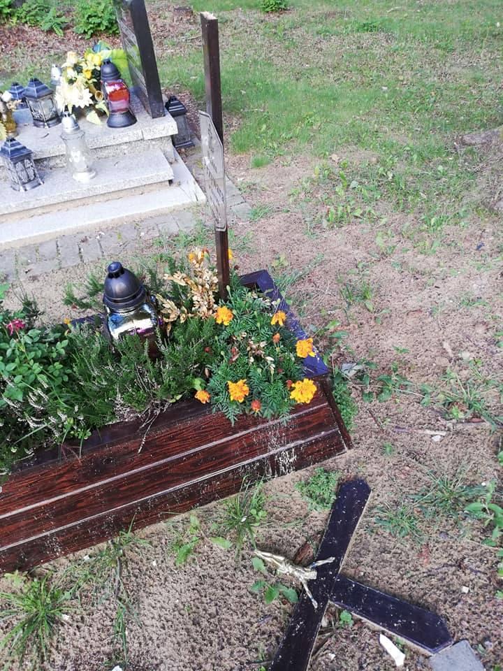 Policja szuka sprawców aktu wandalizmu na cmentarzu w Makoszowach