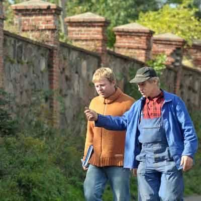 Przyjechaliśmy do Lubinicka, by sprawdzić stan ogrodzenia. - Mur od strony drogi nie był remontowany i jakieś dwa lata temu środkowe przęsła zaczęły