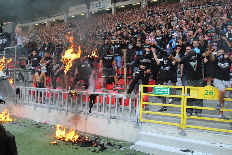Mecz GKS Tychy - GKS Katowice zakończony. W trakcie meczu kibice GKS Tychy próbowali prowokować kibiców GKS Katowice. Do najpoważniejszych wydarzeń doszło