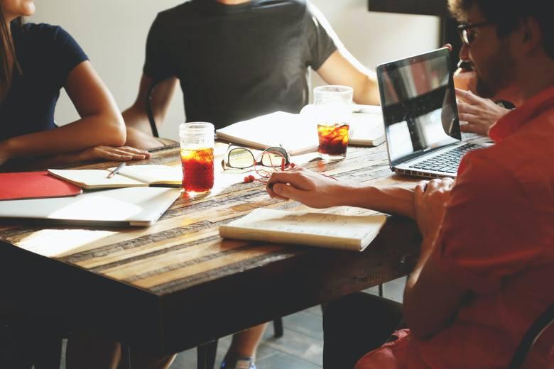 Ponad 42 procent Polaków otwarcie przyznaje się do kłamania na rozmowach kwalifikacyjnych. Najczęściej kłamią pracownicy gastronomii (63%), administracji