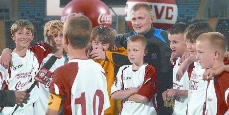 Rok 2009. Szczęśliwi zwycięzcy, uczniowie SP 18 z Włocławka ze swoim trenerem