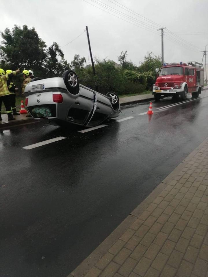 We wtorek około godziny 13:55 doszło do wypadku w miejscowości Siemczyno. Dachowało tam auto. O zdarzeniu informuje na swoim profilu facebookowym OSP