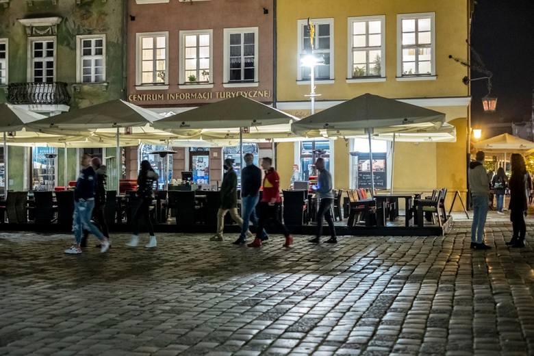 17.10.2020 poznan rw stary rynek starowka ludzie koronawirus maseczki. glos wielkopolski. fot. robert wozniak/polska press