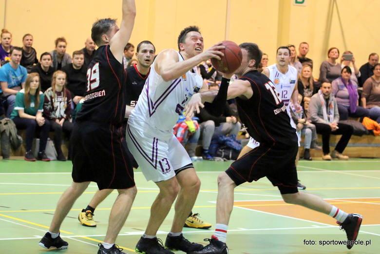Zawodnicy z Opola (białe stroje) i Dobrodzienia (czarne stroje) wygrali swoje pierwsze mecze barażowe.