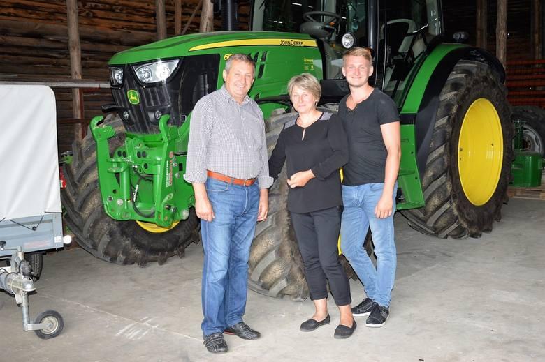 Ubiegłoroczni zwycięzcy konkursu Bezpieczne Gospodarstwo Rolne,  Sylwia i Andrzej Janczyszynowie z synem Pawłem gospodarują na 84 hektarach w Rożnią