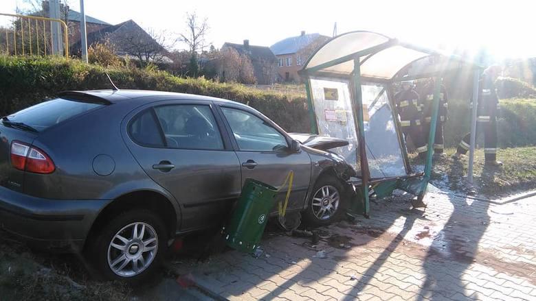 Do zdarzenia doszło w sobotę na drodze krajowej nr 94 w miejscowości Podgrodzie koło Dębicy. Kierujący seatem zjechał z drogi i uderzyłw przystanek
