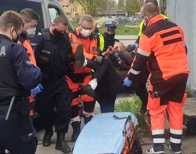 Aż dwa radiowozy policji oraz ekipa pogotowia ratunkowego pomagała w piątek (7 maja) mężczyźnie, który leżał na chodniku tuż przy ul. Przybyszewskiego