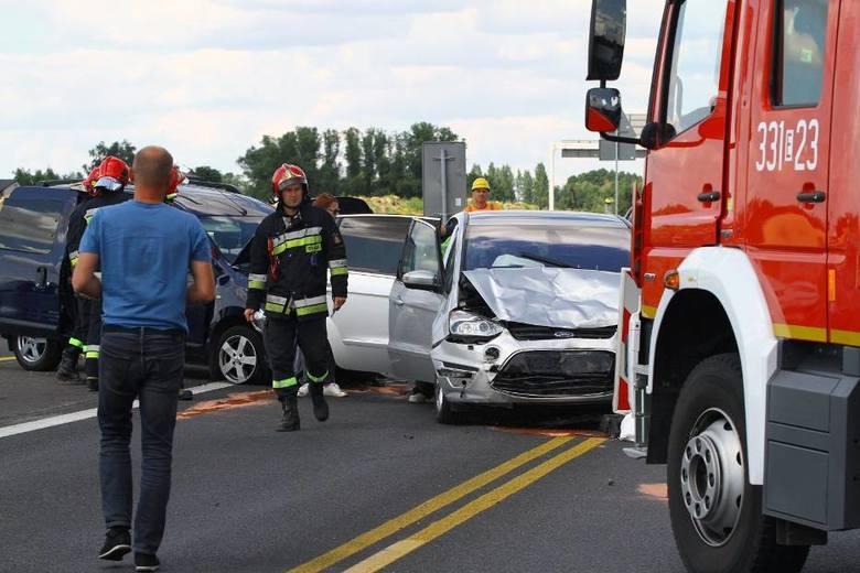 W niedzielę na drodze krajowej nr 1 (DK1) koło Piotrkowa Trybunalskiego doszło do wypadku, w którym rannych zostało 7 osób, w tym pięcioro dzieci. Policjanci