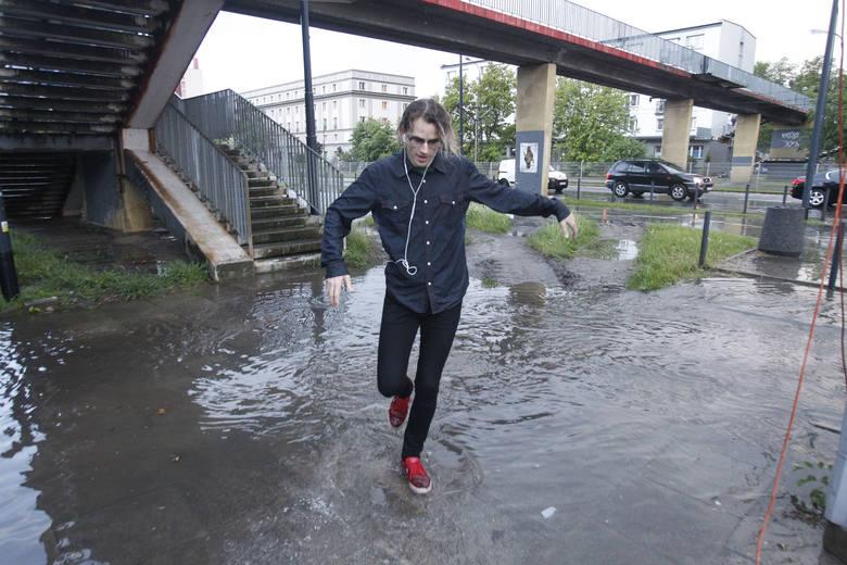 We wtorek wieczorem w Łodzi spadł ulewny deszcz. Po intensywnych opadach zalane zostały ulice i tworzyły się rozlewiska, a na Dworcu Fabrycznym przeciekał