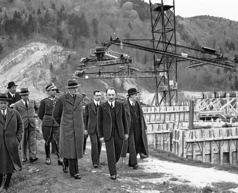 Prezydent Ignacy Mościcki w towarzystwie Eugeniusza Kwiatkowskiego wizytuje budowę zapory wodnej w Rożnowie. 1938 r.