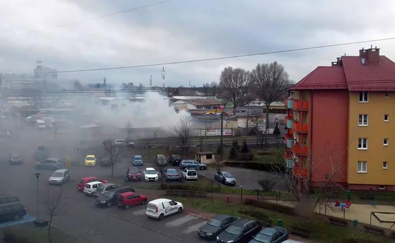 Do pożaru doszło w sobotę, 4 grudnia, na w pobliżu zielonogórskiej giełdy, od strony ul. Elektronowej. Zapali się magazyn ze sprzętem AGD.  Ludzie zauważyli