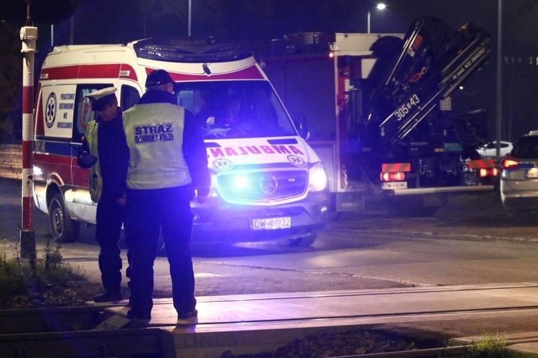 Zderzenie samochodu osobowego z pociągem w Cierpicach (pow. toruński). Jedna osoba poszkodowana. Ruch pociągów wstrzymany