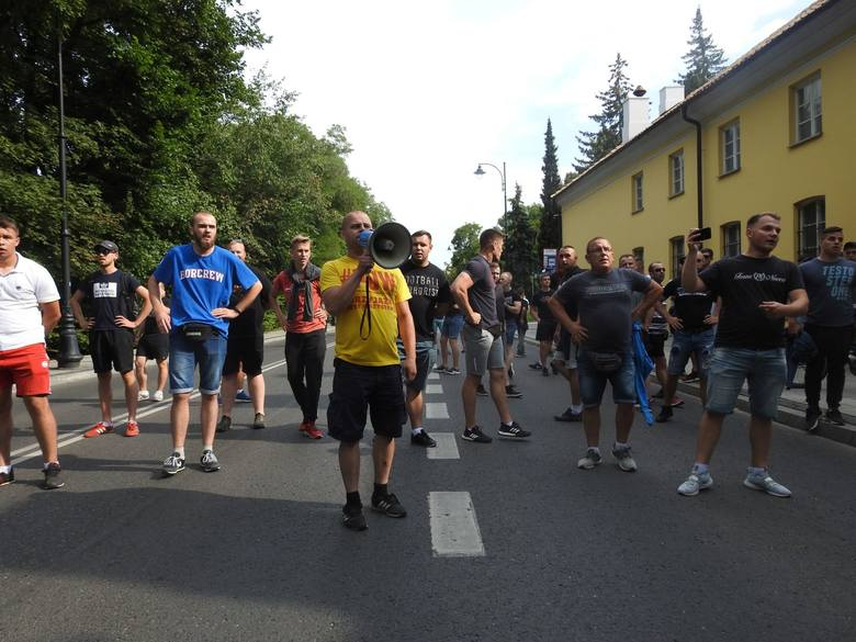Marsz Równości w Białymstoku. Z jednej strony było kolorowo i głośno, z drugiej groźby i race. Policja zatrzymała kilkanaście osób