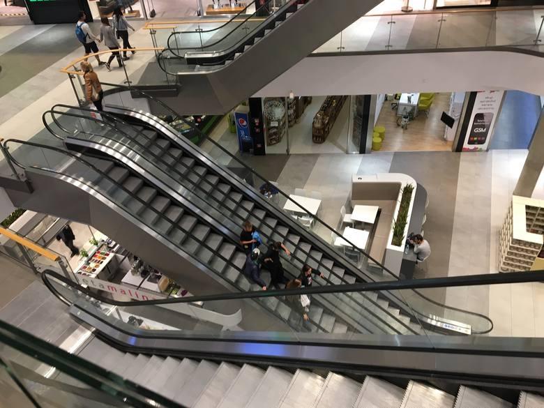 Działalność zawieszą także galerie handlowe Warto jednak pamiętać, że w centrach handlowych otwarte pozostaną:- sklepy spożywcze, - apteki i drogerie,-