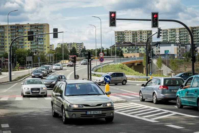 W piątek (2 sierpnia) otwarty został wiadukt na Trasie Uniwersyteckiej w Bydgoszczy. Otwarcie mostu nad ulicą Jana Pawła II znacząco usprawni ruch. Zobaczcie