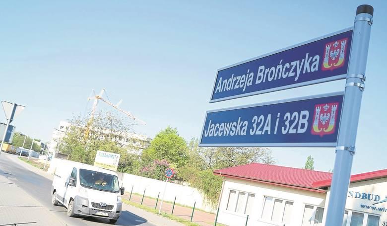 Andrzej Brończyk patronuje jednej z  nowych ulic  w Inowrocławiu, odchodzącej od Jacewskiej do nowych bloków.