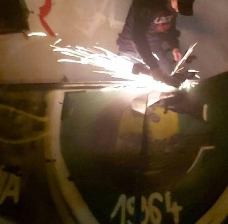 Kwiecień 2021. Kibice Ruchu Chorzów zdemontowali z dachu nieczynnego warsztatu w Dąbrówce Małej element z graffiti GKS Katowice.  Zobacz kolejne zdjęcia.