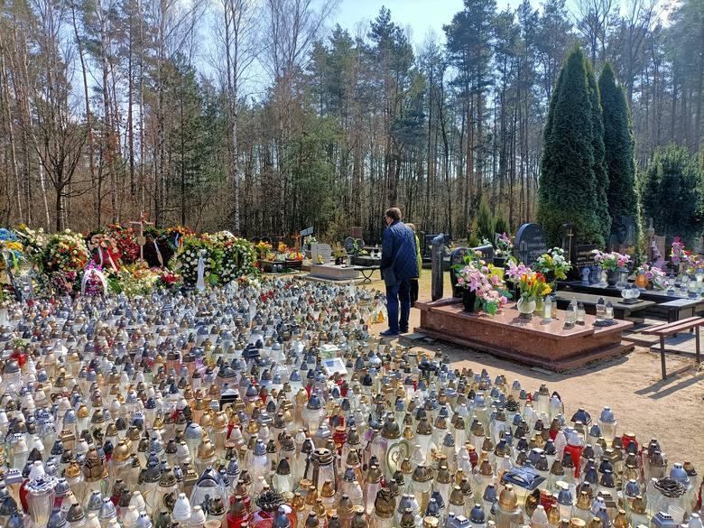 Grób Krzysztofa Krawczyka w Grotnikach wciąż tonie w kwiatach.