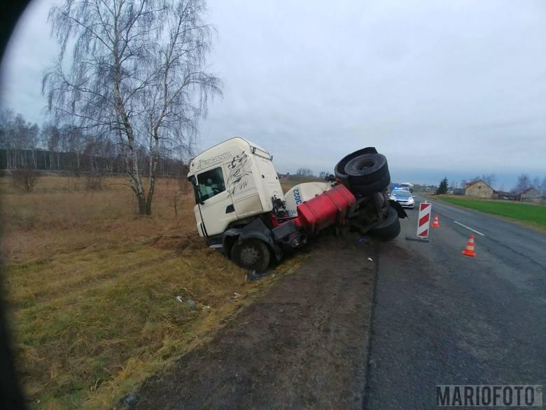 Ciężarówka z cementem wpadła do rowu w okolicach Malni