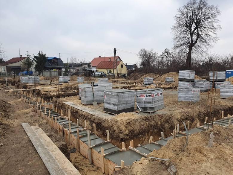 Będzie nowa strażnica i świetlica w Suchej w gminie Białobrzegi. Wykonawca ruszył z pracami, są już fundamenty budynku