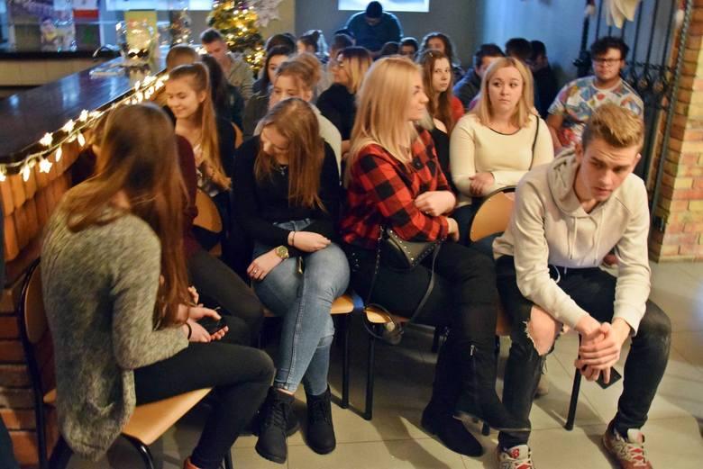 Aktor filmów Smarzowskiego z gitarą odwiedził uczniów w Stargardzie. Lech Dyblik opowiadał i śpiewał