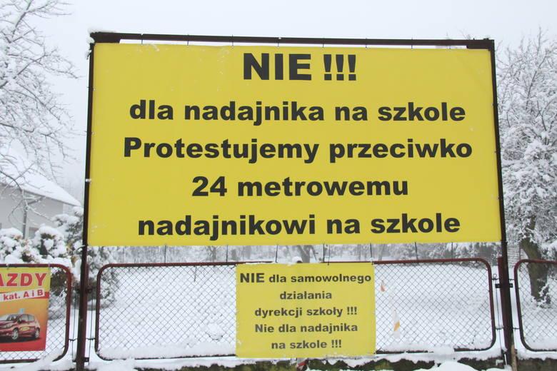 Waldemar Guz wspólnie z sąsiadami protestują przeciwko budowie masztu telefonii komórkowej na budynku V LO w Dąbrowie Górniczej