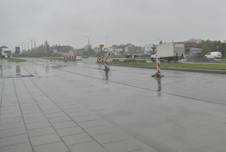 Prace przy przebudowie alei Wojska Polskiego. Jedziemy zachodnią jezdnią między łącznicą z ulicą Lubelską a placem Matki Bożej Fatimskiej