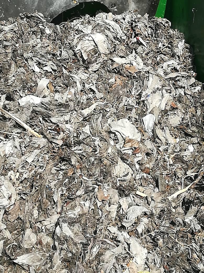 Zmorą są też włosy. Często czyszcząc szczotkę wrzucamy je do muszli klozetowej. W dużej ilości blokują wirnik, ale i na oczyszczalni ścieków są zachowane, nie ulegają biodegradacji w procesie obróbki.