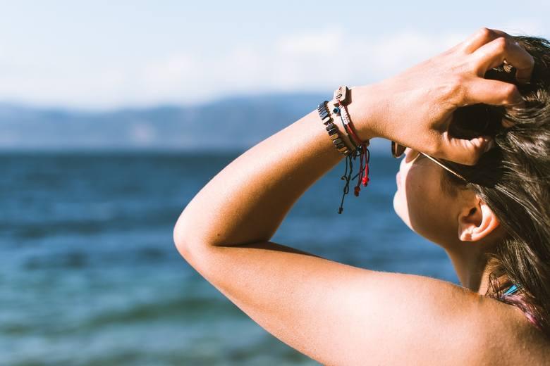 Nadmiar słońca sprzyja nie tylko poprarzeniom skóry – nawet, gdy rekacją na jego promienie jest lekka zmiana koloru, towarzyszą jej niekorzystne zmiany